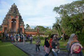 Sudikerta minta aparat usut bule naik tempat suci di pura Bali