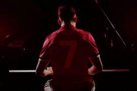 Alexis Sanchez diperkenalkan sambil bermain piano