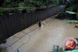 Korban jembatan gantung putus 35 orang