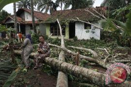 Sejumlah rumah warga rusak akibat angin kencang