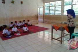 Anak SD belajar dilantai