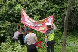 Dishub dan Polres Penajam pasang spanduk peringatan