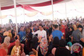 Presiden serahkan KIP-PKH di Palembang