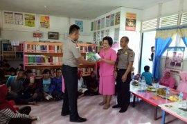 Polisi bagikan buku di perbatasan Indonesia - Malaysia