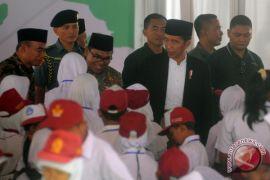 Presiden bagikan 1.771 KIP dan 1.000 PKH