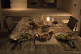 Valentine jadi momen makan malam romantis dan tukar kado
