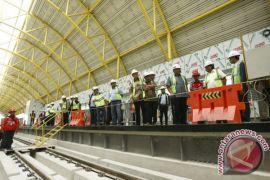 Dua rangkaian kereta LRT tiba di Palembang