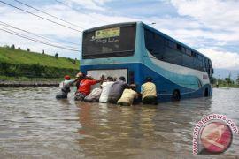 10 pompa dikerahkan untuk sedot banjir di Porong