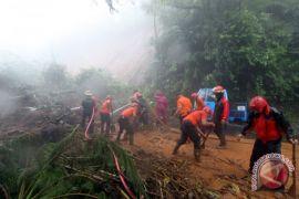 Alat berat siaga di Puncak selama hujan, pencarian korban lanjut pagi ini