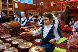 Pelajar Belgia belajar gamelan