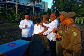 Anggota Linmas Kota Bekasi dapat bantuan beras
