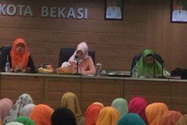 Isteri Pjs Walkot Bekasi  apresiasi pengajian rutin Dharma Wanita dan PKK