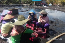 Kanopi bagikan 500 masker bagi pekerja perempuan