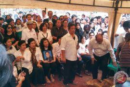 Keluarga antar mendiang Advent Bangun ke tempat peristirahatan terakhir (video)