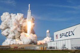 SpaceX tunda rencana kirim turis keliling bulan