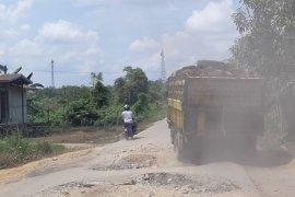Jalan poros Buluh Kuning - Bedayan Sepauk rusak parah