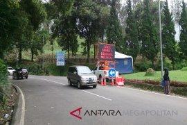 Warga memadati lokasi longsor di Jalan Raya Puncak Pass