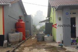 Warga perumahan gotong-royong buat pembatas api