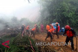 Jalur Puncak kembali diguyur hujan evakuasi dihentikan
