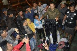 Nelayan Aceh temukan blong berisikan baju