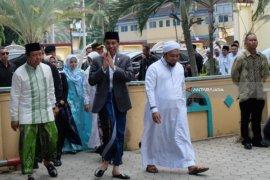 Antusiasnya Santri Situbondo Sambut Jokowi (Video)