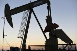 Data stok AS melonjak, harga minyak turun dua dolar