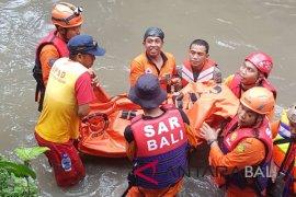 SAR Denpasar evakuasi korban terseret arus sungai