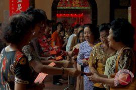 Warga Tionghoa berbagi angpao di hari Imlek