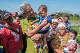 Ganjar temui pemuda pejalan kaki Blora-Semarang