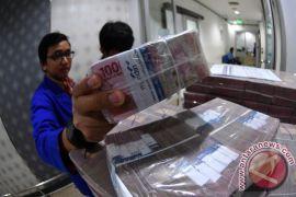 Rupiah menguat Rp13.764 Senin pagi