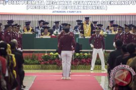 Megawati diselamati Ketua MPR untuk doktor kehormatannya
