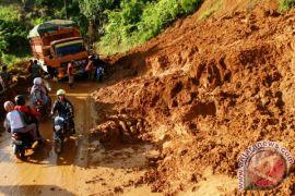 Lalu lintas Riau-Sumbar berangsur normal setelah longsor