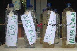 Aktivis pamerkan air Sungai Bengkulu