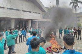 Unjuk rasa mahasiswa diwarnai bentrok dengan polisi