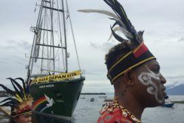 Kapal Rainbow Warrior tiba di Manokwari