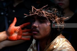 Surabaya Youngsters Perform Cross Street Drama on Easter Day