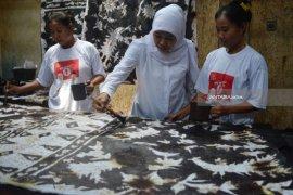 Khofifah Optimistis Regenerasi Perajin Batik Sidoarjo Terpenuhi