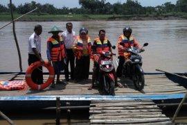 Dishub Bojonegoro Bagikan Baju Keamanan Penumpang Perahu