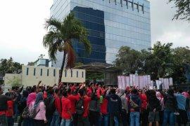 Korban kecelakaan kerja di-PHK, ratusan buruh berdemo di Toyota