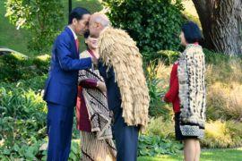 Jokowi beradu hidung dengan suku Maori