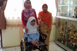 Anak lahir tanpa kaki terima kursi roda dari Presiden