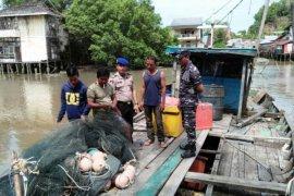 Posmat Pemangkat - Polairud periksa kelengakapan dokumen kapal