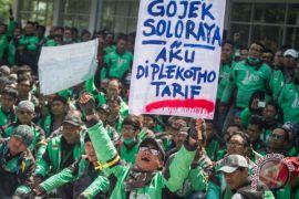 Ratusan pengemudi taksi-ojek daring demo di DPRD Surabaya