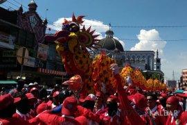 Pertunjukan reflika naga dan barongsai meriahkan Pontianak Food Festival