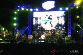 Band Tipe-X Hibur Warga Murakata