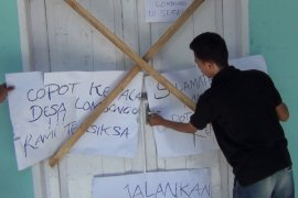 Ratusan Warga Segel Kantor Desa Lombongo