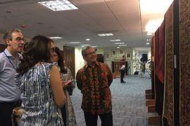 Keindahan seni tekstil indonesia di Inggris