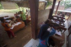 Sekolah Gunakan Tenda di Bogor