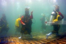 Video - Tari Gandrung Bawah Laut