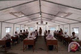 Ujian Nasional SMP Korban Gempa Banjarnegara